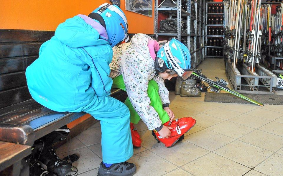 bambini indossano attrezzatura da sci al noleggio